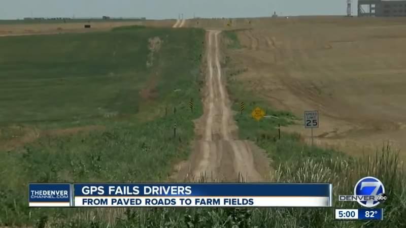 《Google地图又调皮了》带人抄近路 结果一排车卡泥土里动弹不得......