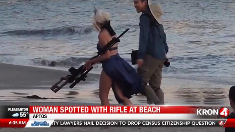 《加州海滩COSPLAY骚动》泳装黑傻持长枪被报警 就算是假枪也不能随便拿出来……