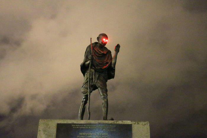 被人恶作剧《甘地像在夜晚发出红光》变成电影里的反派角色了......