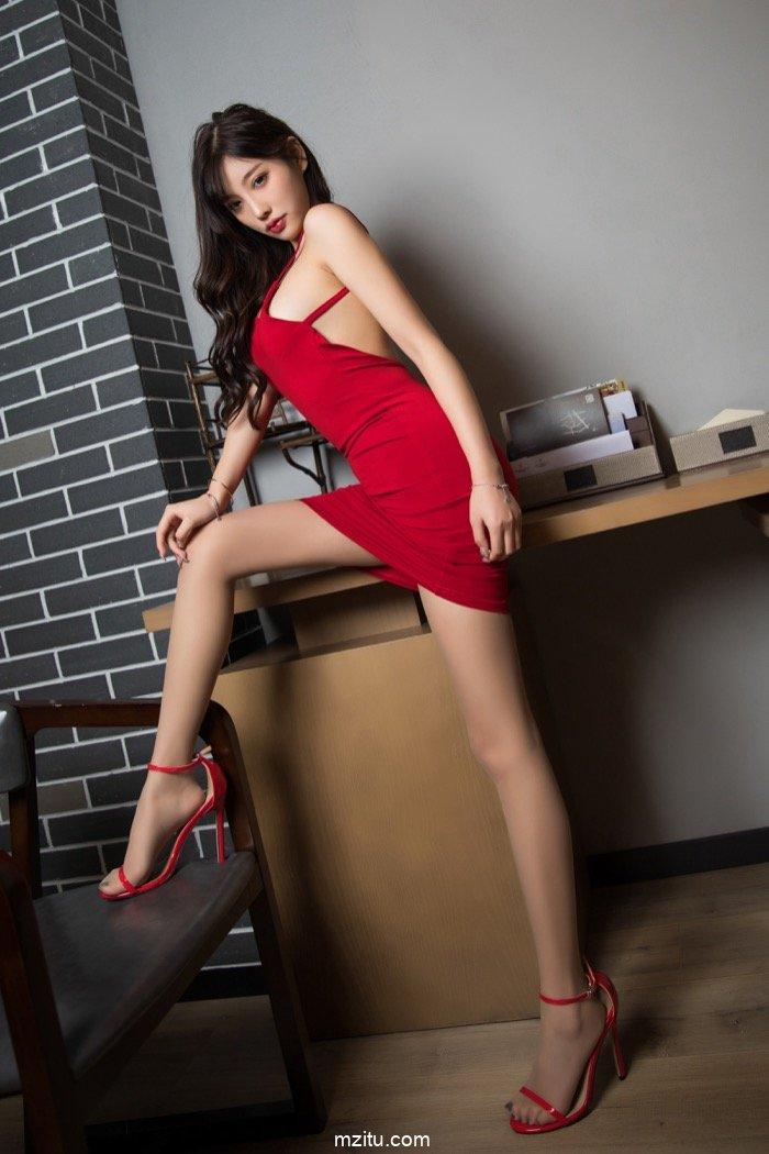 高级的性感无需露 风情女神杨晨晨一身红裙惊艳绝伦