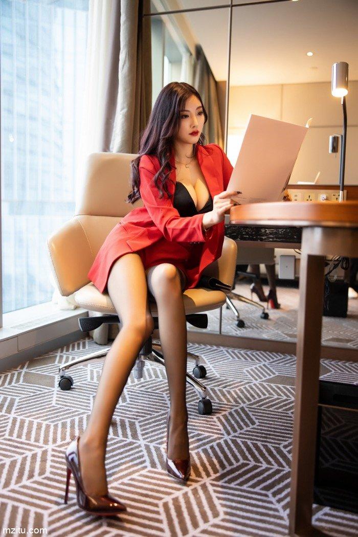 女总裁性感上线,御姐杨晨晨一身红衣攻气十足